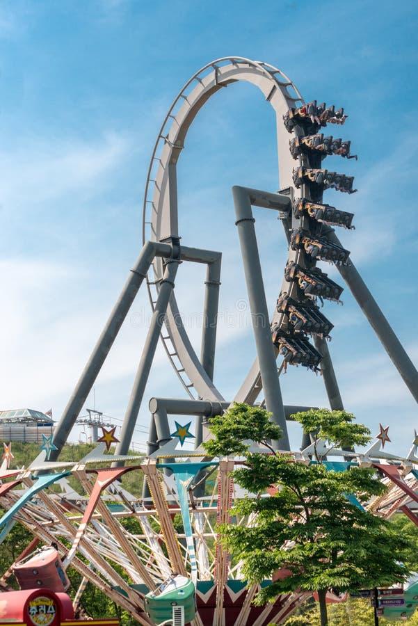 Amusement de parc d'attractions, montagne russe, à l'envers, boucle, jour, ciel bleu, faisant de la publicité photos stock