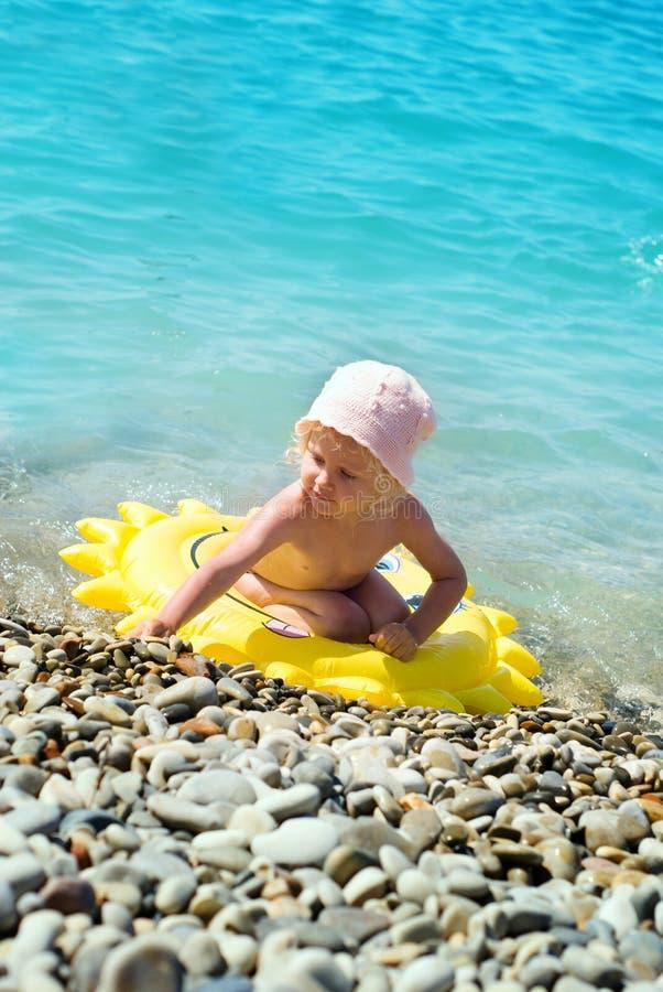 Amusement De Petite Fille Dans La Piscine Photos stock
