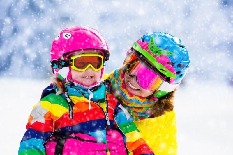 Amusement de ski et de neige de famille en montagnes d'hiver image libre de droits