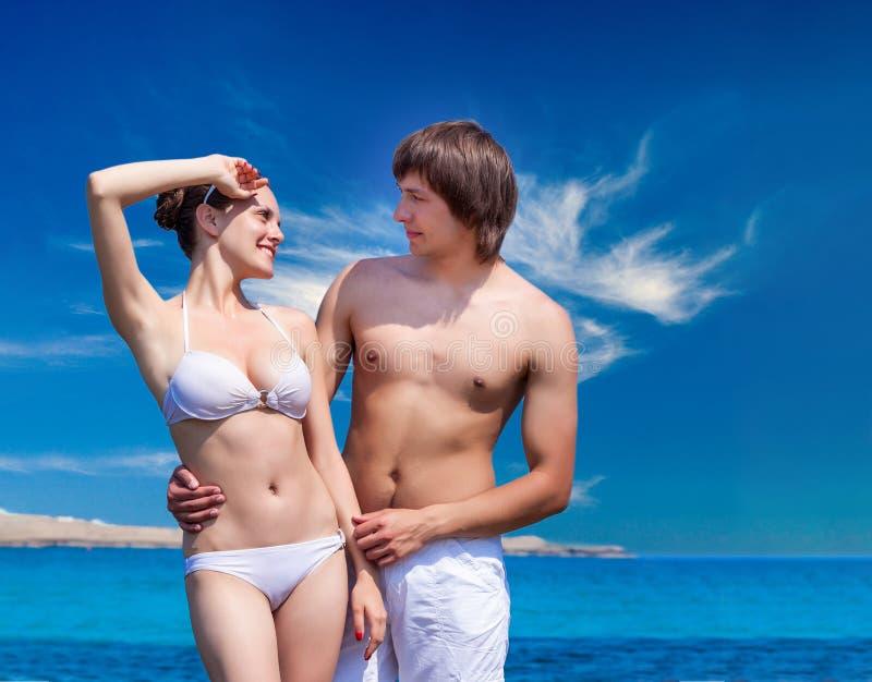 Amusement de vacances de plage de couples les jeunes heureux dans l'amour photographie stock