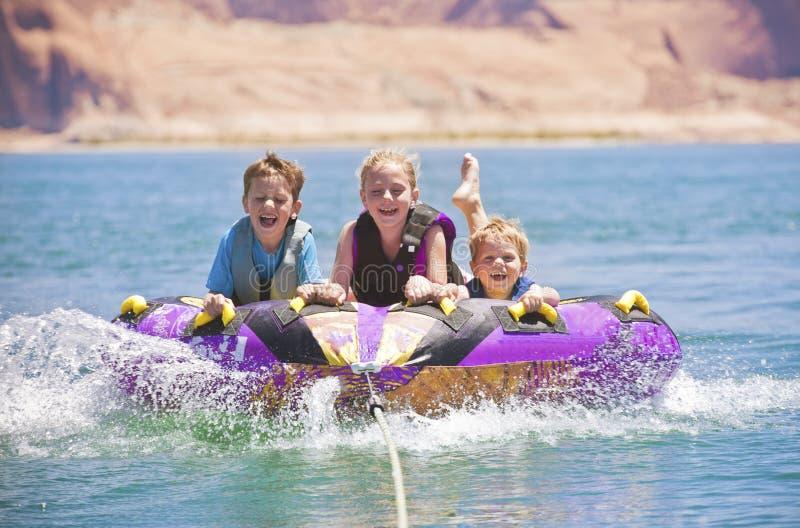 Amusement de Watersports - tuyauterie de gosses photo libre de droits