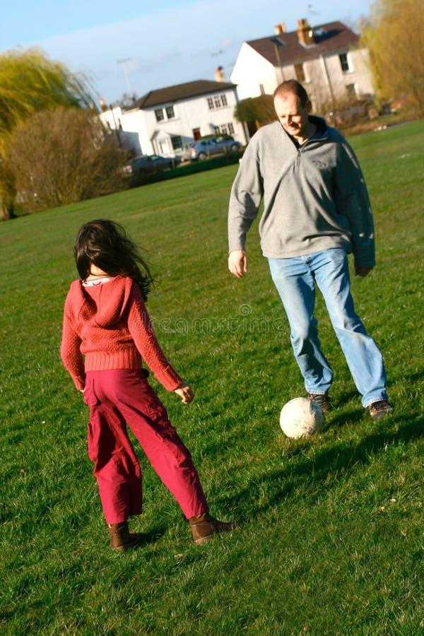Amusement du football de famille photographie stock