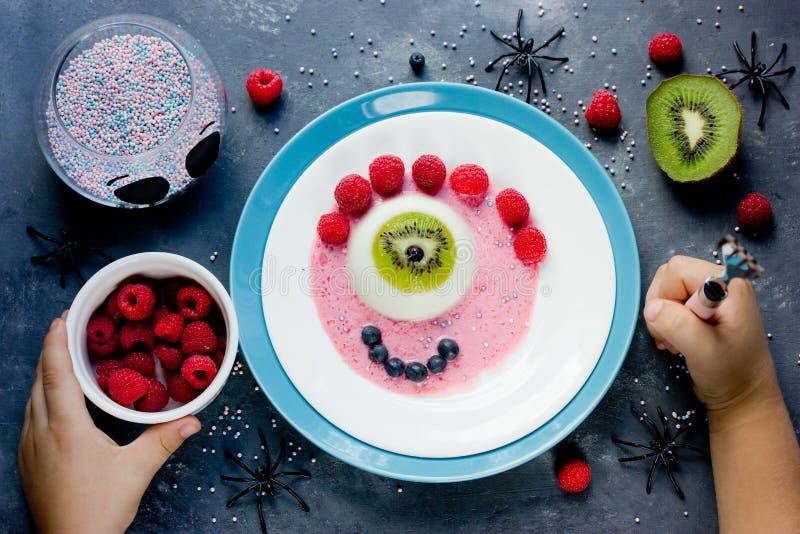 Amusement effrayant de recette de dessert de Halloween et je borgne savoureux de monstre photographie stock libre de droits
