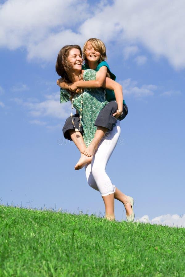 Amusement heureux de famille de ferroutage photos libres de droits