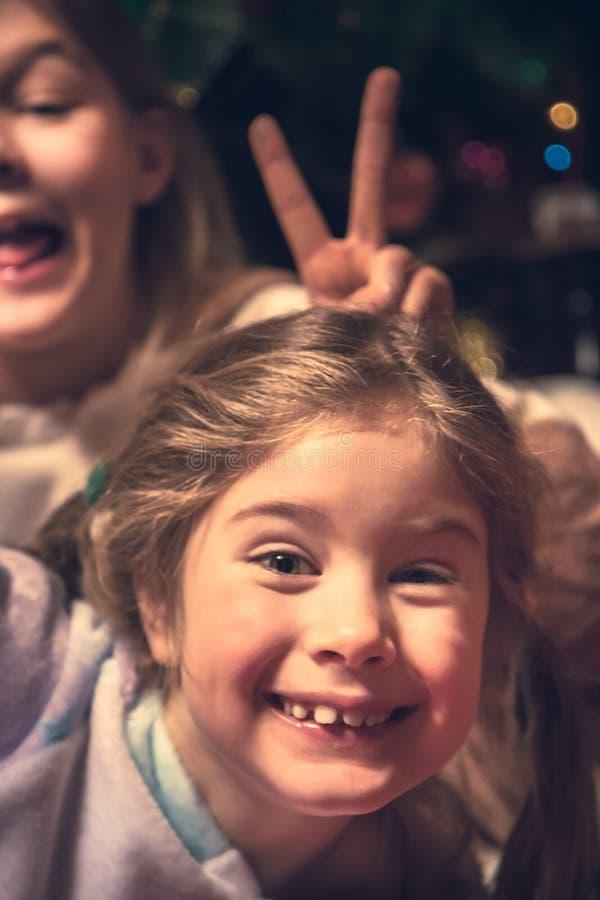 Amusement malfaisant gai heureux d'enfants d'enfants dupant le mode de vie insouciant heureux d'enfance de concept photos stock