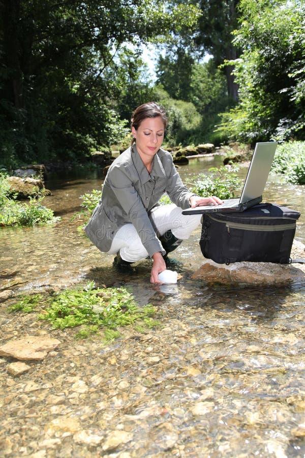 Análise da água do rio imagem de stock