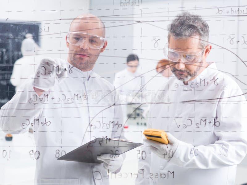 Análise de dados do laboratório dos pesquisadores fotografia de stock