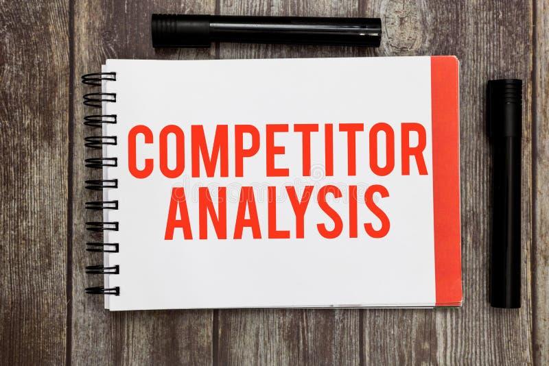 Análise do concorrente do texto da escrita da palavra Conceito do negócio para Determine a fraqueza da força do mercado competiti fotografia de stock royalty free