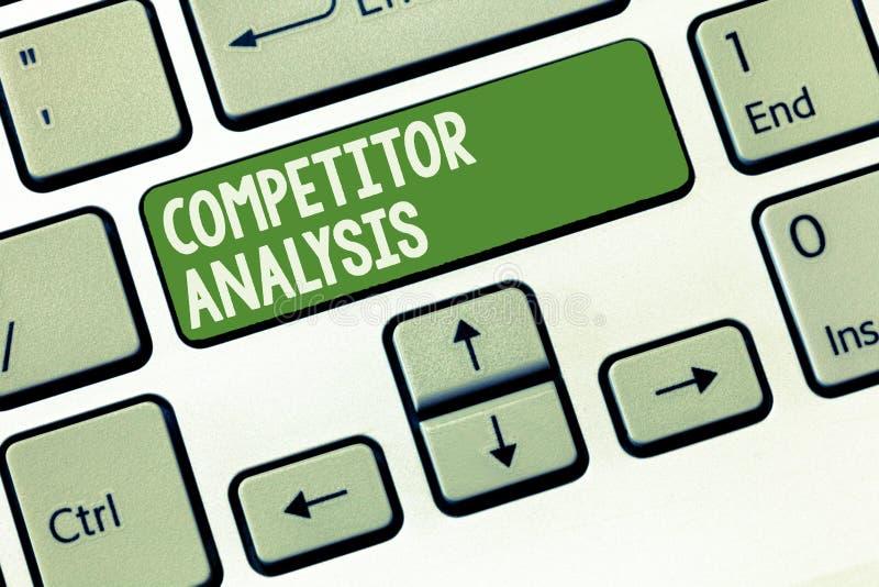 Análise do concorrente do texto da escrita da palavra Conceito do negócio para Determine a fraqueza da força do mercado competiti foto de stock