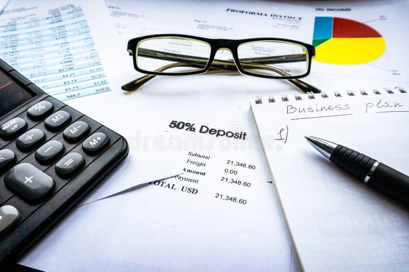 Análise financeira - declaração de rendimentos, plano de negócios com vidro foto de stock royalty free