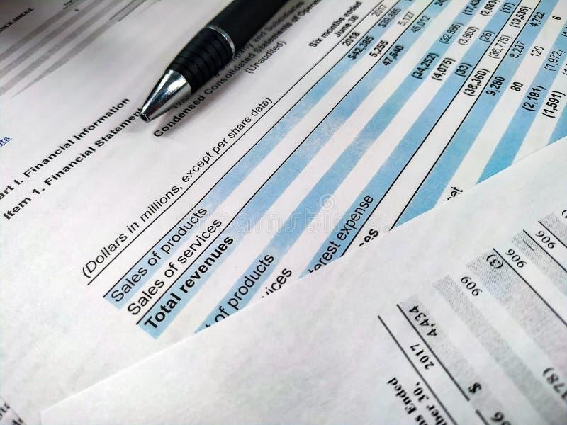 Análise financeira, planilha explicando com pena Conceito ascendente próximo para o estoque fotografia de stock