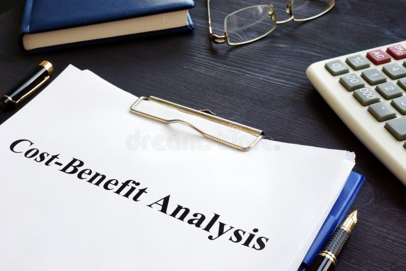 Análisis de costes y beneficios CBA y pluma imagen de archivo