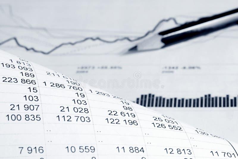 Análisis de los gráficos y de las cartas de la contabilidad financiera imagenes de archivo