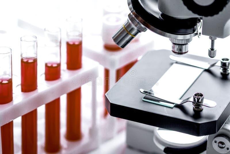 Análisis de sangre del equipamiento médico en laboratorio nadie fotos de archivo libres de regalías