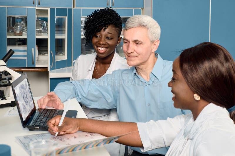 Análisis de sangre y ácido nucleico al coronavirus causantes del Covid-19 Informe de progreso en el laboratorio de pruebas Estudi foto de archivo libre de regalías