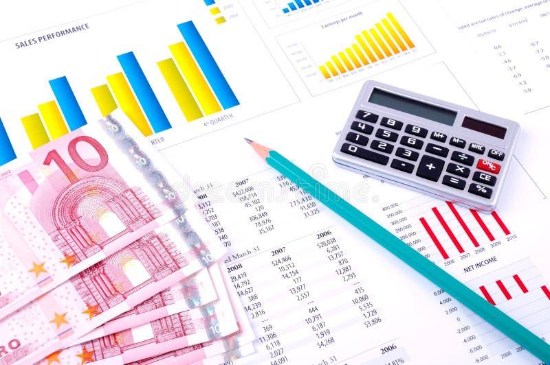 Análisis financiero con las cartas y el dinero foto de archivo libre de regalías
