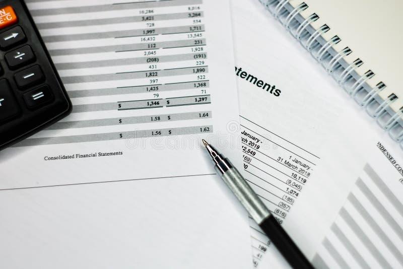 Análisis financiero - declaración del balance de ingresos, plan empresarial con el vidrio fotografía de archivo libre de regalías