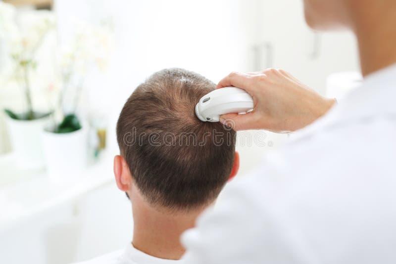 Análisis microscópico de la condición del pelo y del cuero cabelludo fotos de archivo libres de regalías