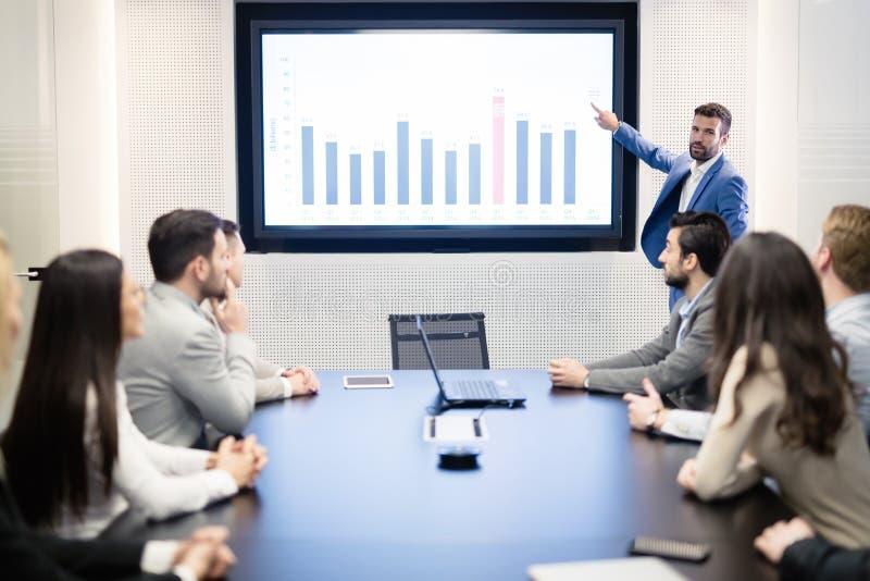 Análisis y estadísticas de datos en la reunión del Consejo fotos de archivo libres de regalías