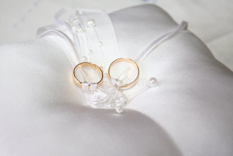 Download Anéis de casamento imagem de stock. Imagem de compromisso - 10063733