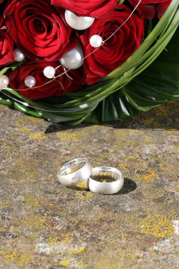 Anéis de casamento com rosas imagens de stock royalty free