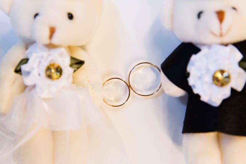 Anéis de casamento do ouro fotografia de stock royalty free