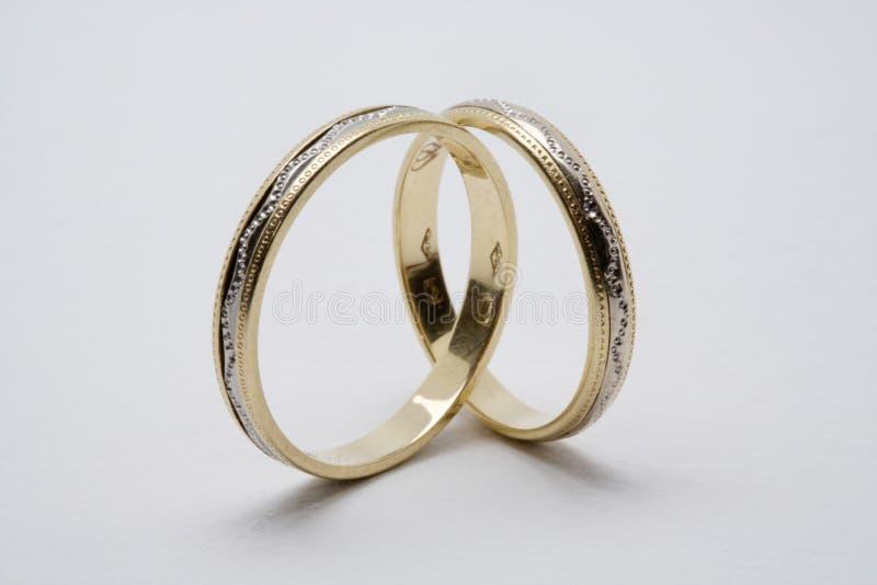 Anéis de casamento dourado foto de stock