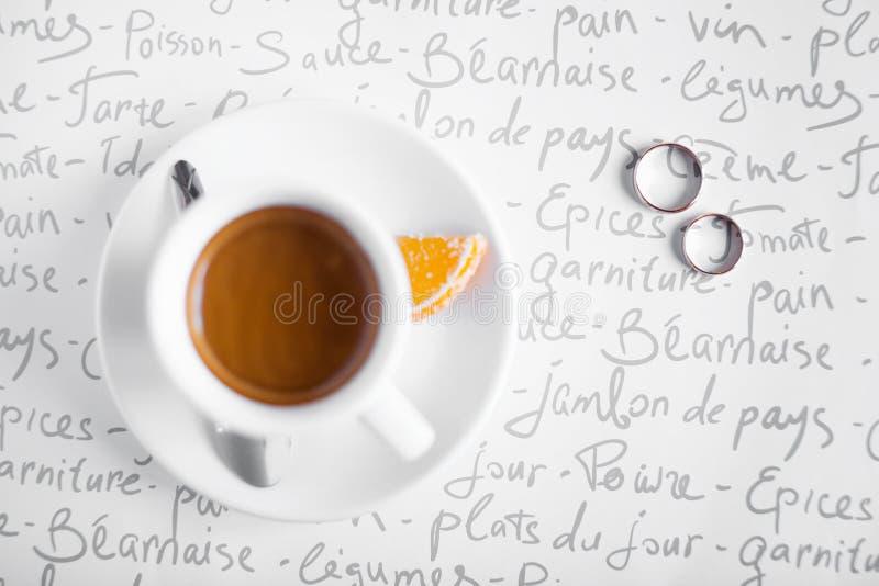 Anéis de casamento e copo de café fotos de stock