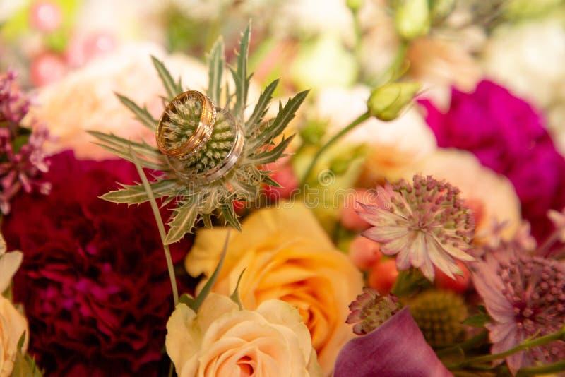 Anéis de casamento em bouquets de flores imagem de stock