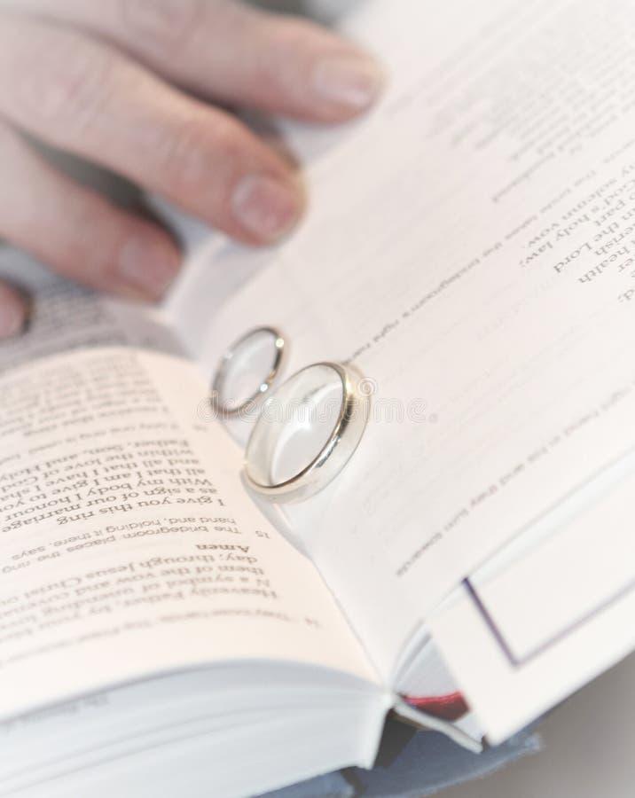 Anéis de casamento em uma Bíblia foto de stock