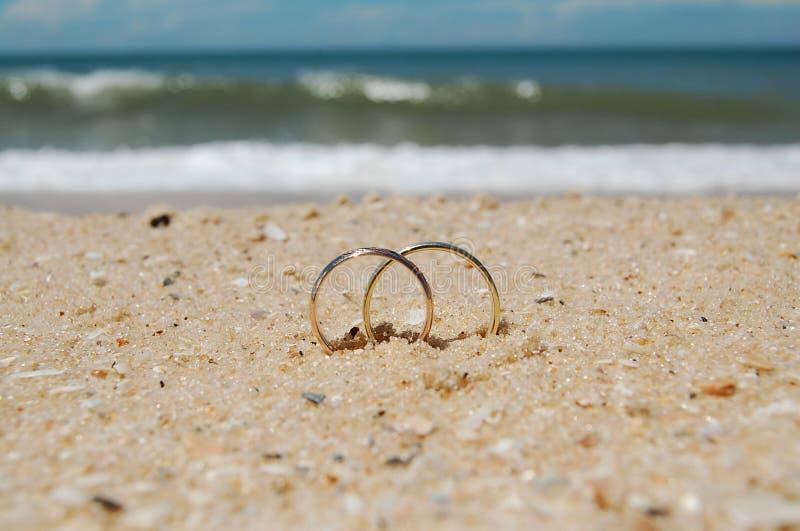 Anéis de casamento em uma praia fotos de stock royalty free