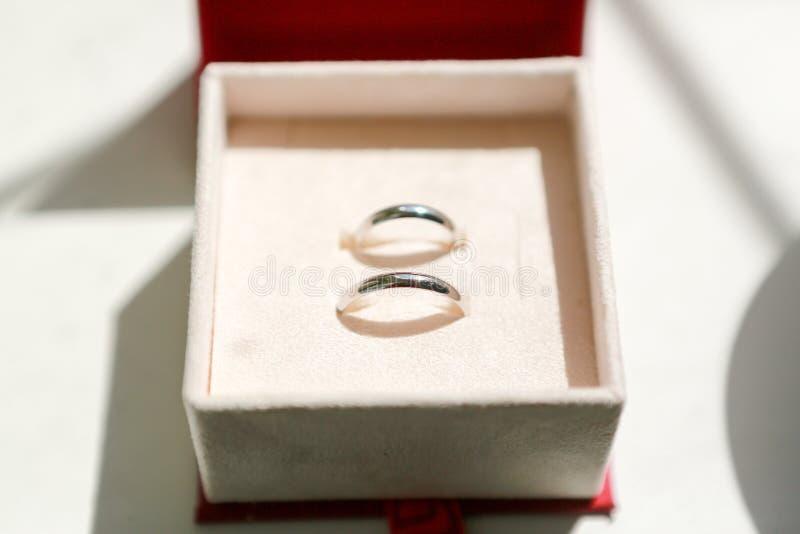 Anéis de casamento na caixa imagens de stock royalty free