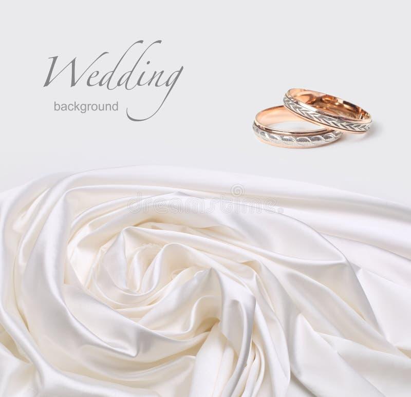Anéis de casamento na seda fotos de stock royalty free