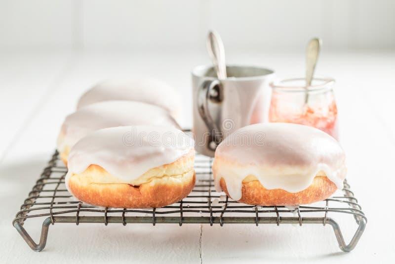 Anéis de espuma caseiros e saborosos com crosta de gelo branca fotos de stock royalty free