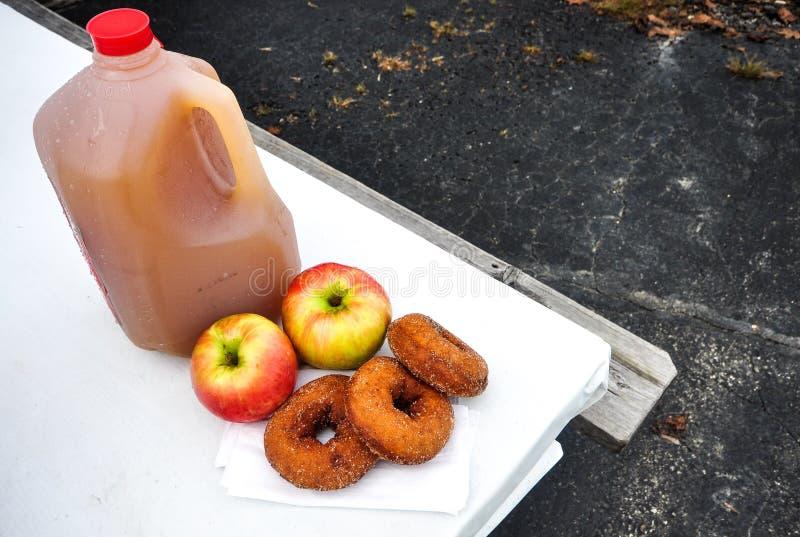 Anéis de espuma da sidra de maçã imagens de stock royalty free