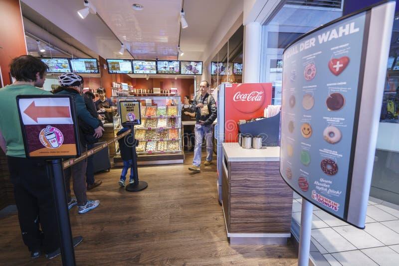 Anéis de espuma de Dunkin em Suíça fotografia de stock royalty free