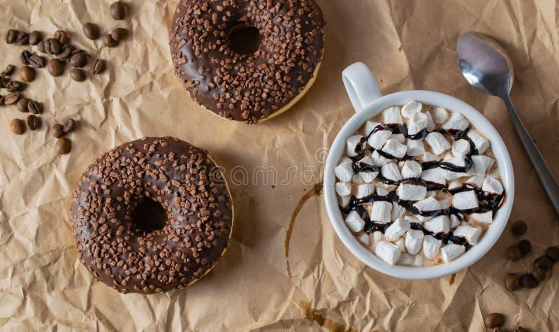 Anéis de espuma do café do chocolate com cacau e marshmallows imagens de stock