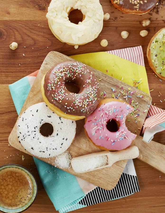 Anéis de espuma e café para o café da manhã foto de stock