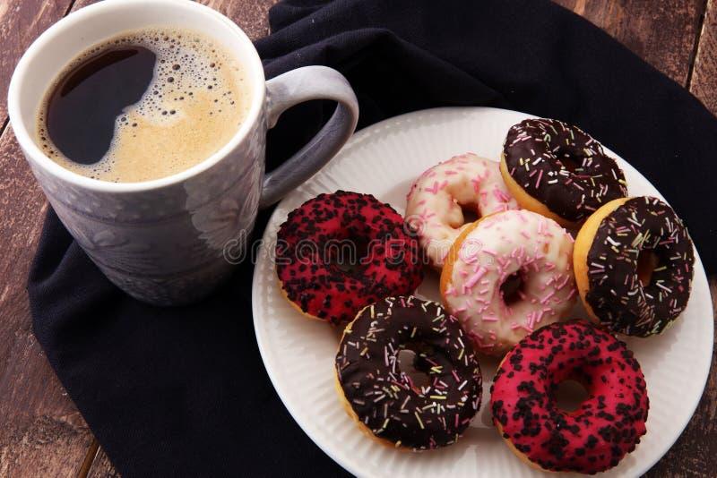 Anéis de espuma e café para um café da manhã doce no fundo de madeira fotos de stock