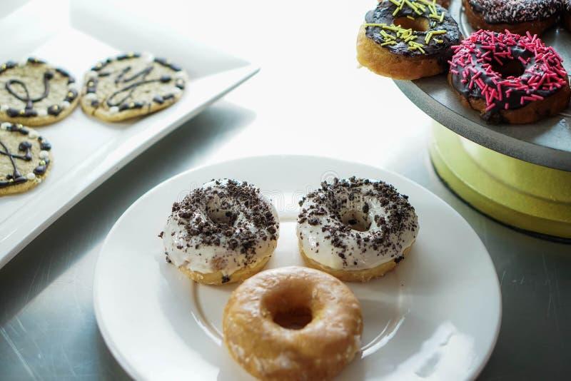 Anéis de espuma e cookies vitrificados em placas imagem de stock royalty free
