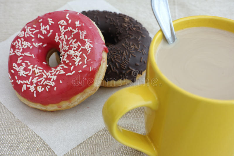 Anéis de espuma e copo de café com leite imagem de stock royalty free