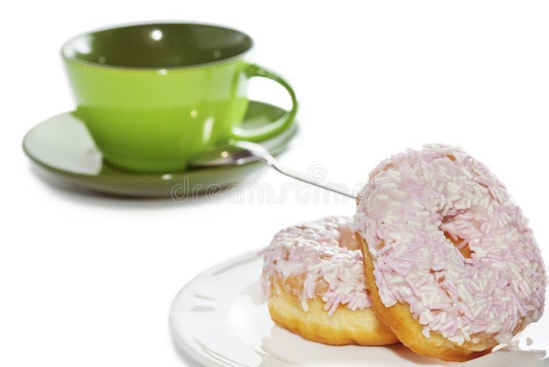 Anéis de espuma e copo de café congelados e polvilhados imagem de stock