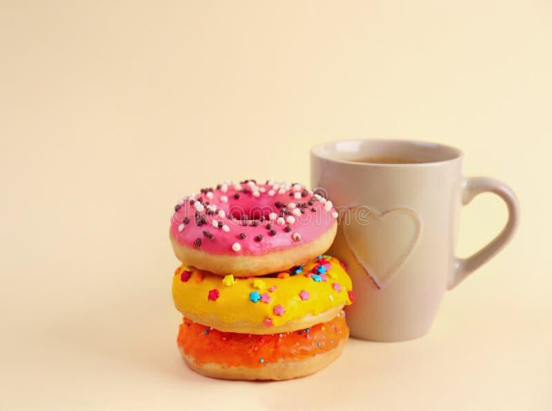 Anéis de espuma e xícara de café deliciosos fotos de stock