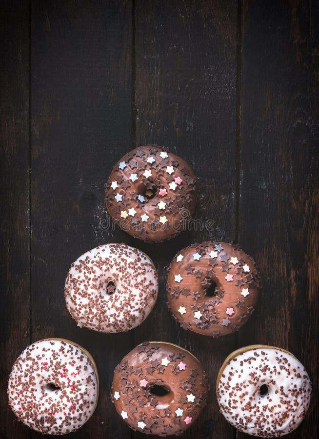 Anéis de espuma escuros e brancos do chocolate fotos de stock royalty free