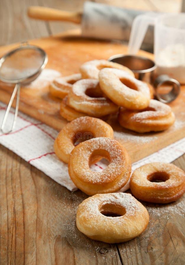 Anéis de espuma frescos com açúcar de pó fotografia de stock royalty free