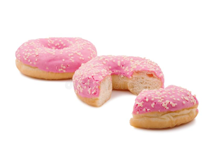 Anéis de espuma saborosos, inteiro doce, meio e uma fatia pequena Isolado no fundo branco fotografia de stock