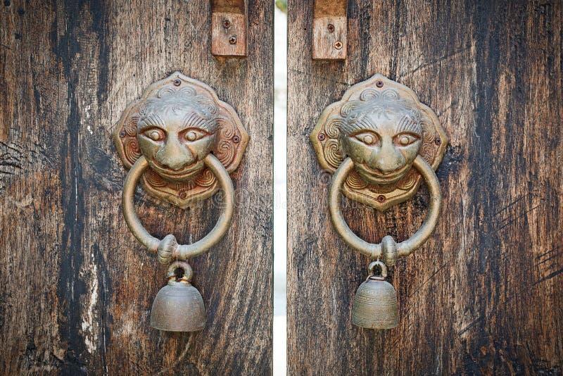 Anéis de madeira antigos da aldrava de porta da porta dois foto de stock royalty free
