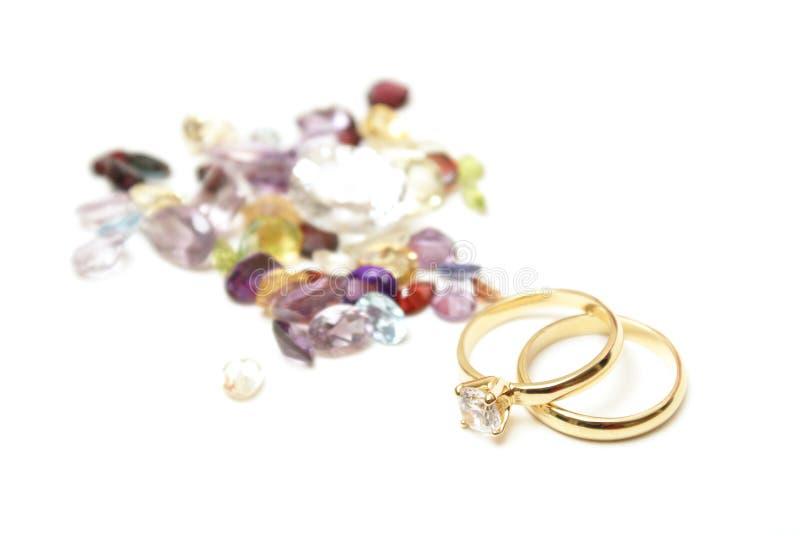 Anéis de ouro com Gemstones foto de stock
