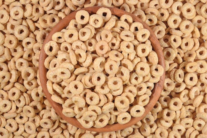 Anéis do cereal de café da manhã na bacia imagem de stock