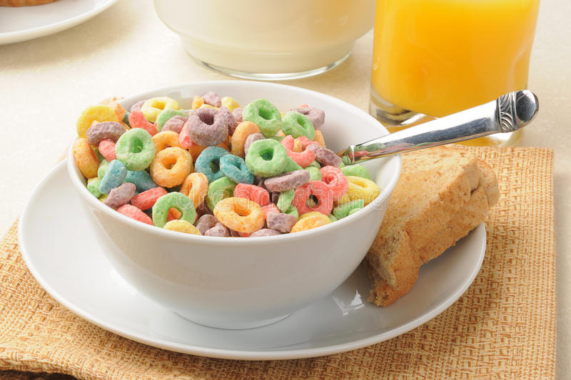 Anéis do cereal de pequeno almoço flavored fruta imagens de stock royalty free